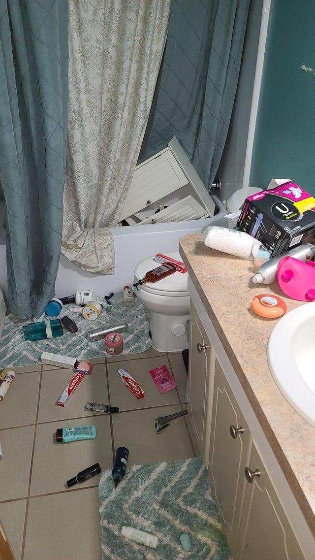 mueble del baño caído