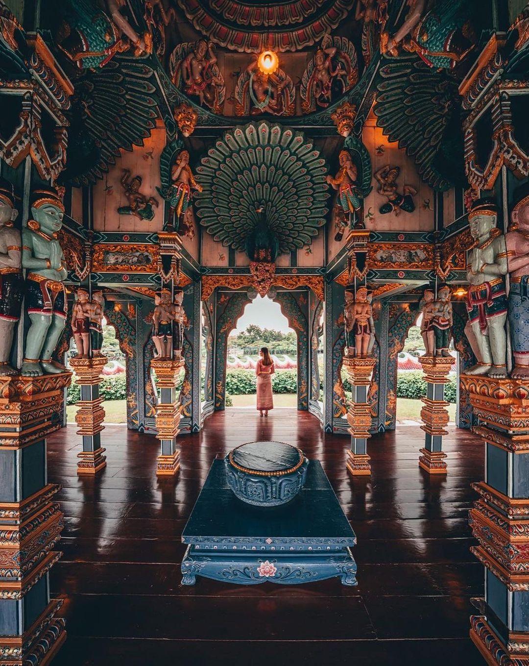 interior de templo budista