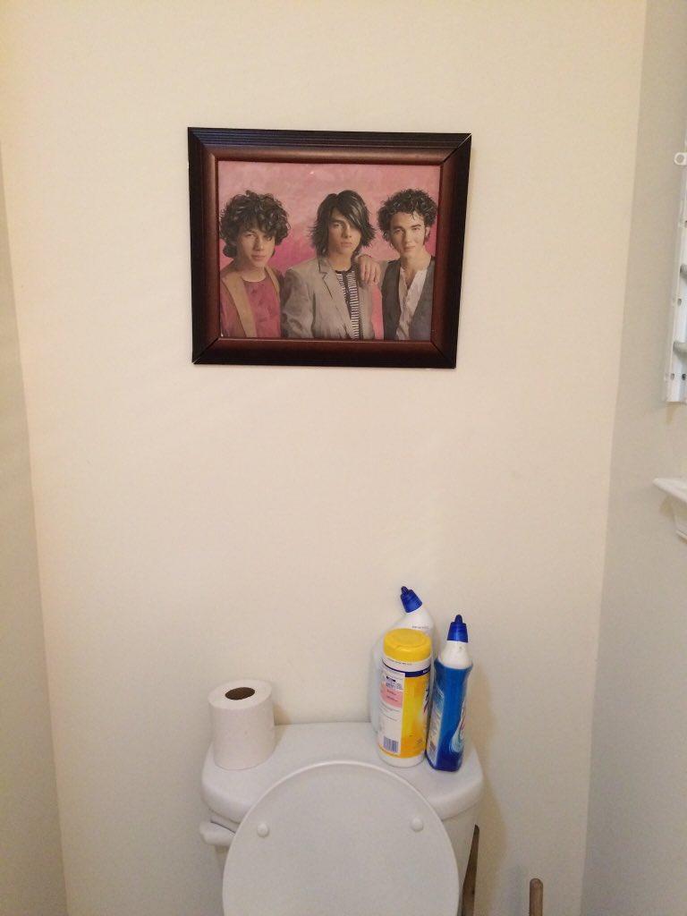cuadro de los Jonas Brothers en el wc