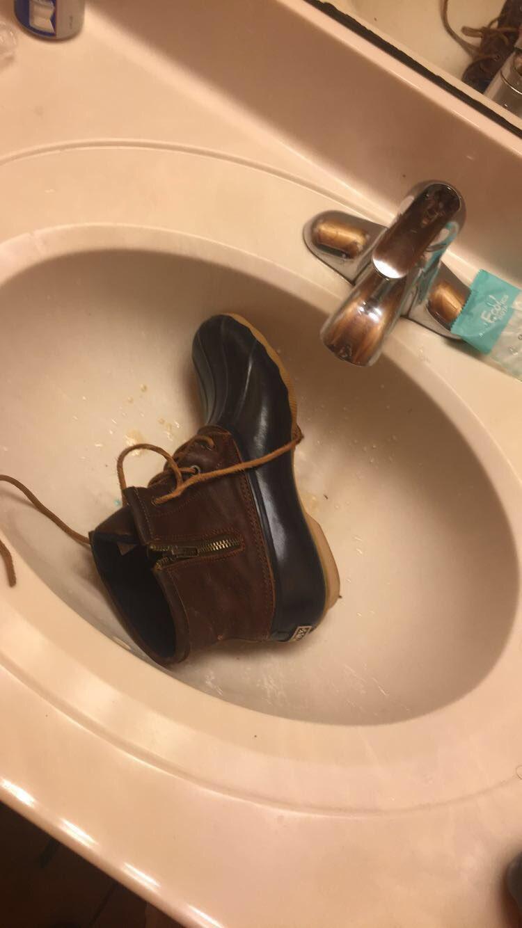 bota en el lavabo
