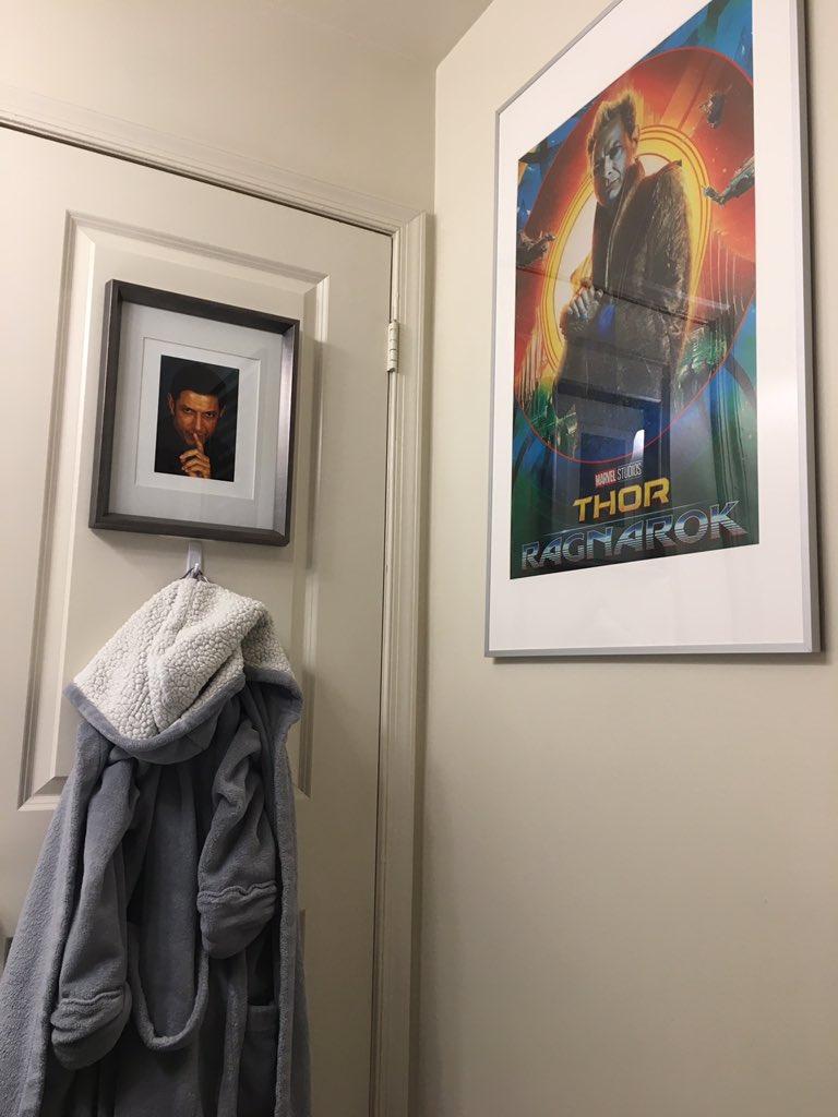 cuadros de Thor en el wc