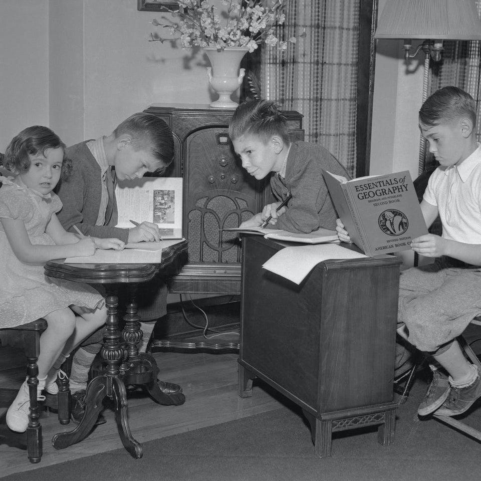 niños aprendiendo por la radio en 1940