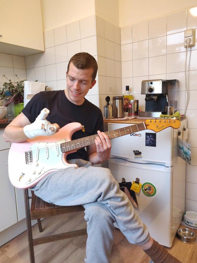 chico sin dedos toca guitarra