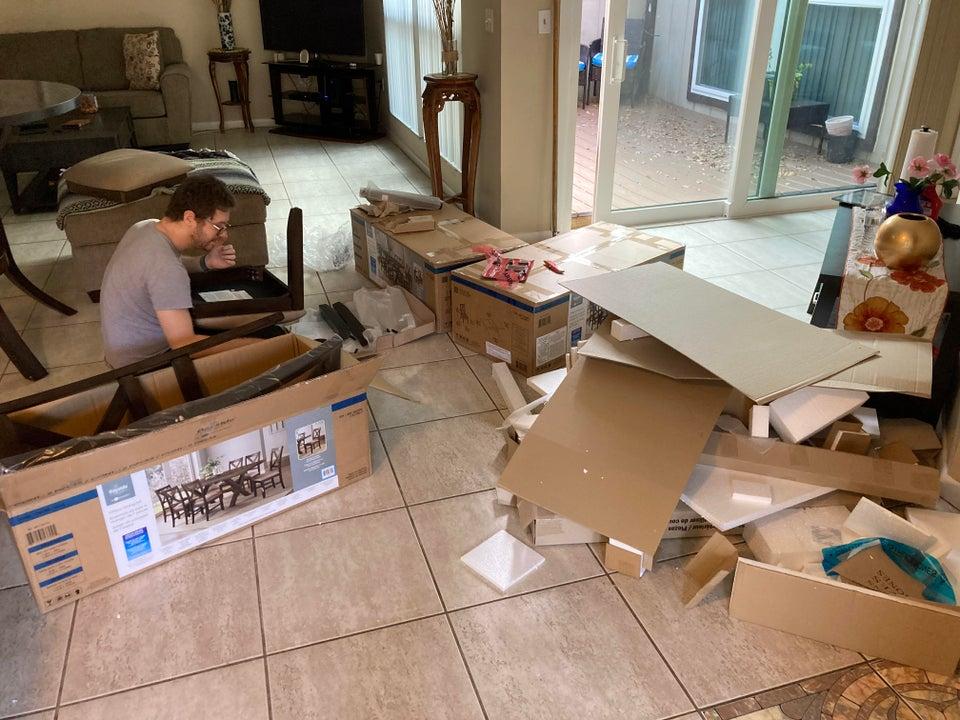 chico montando muebles