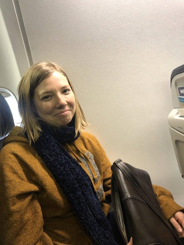 mujer en el avión