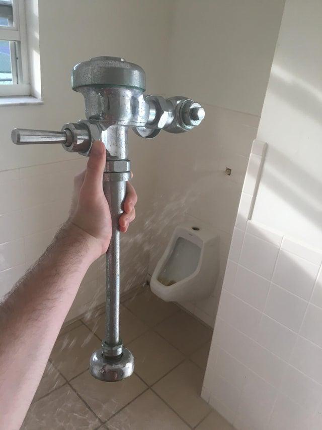 tubería de urinario arrancada