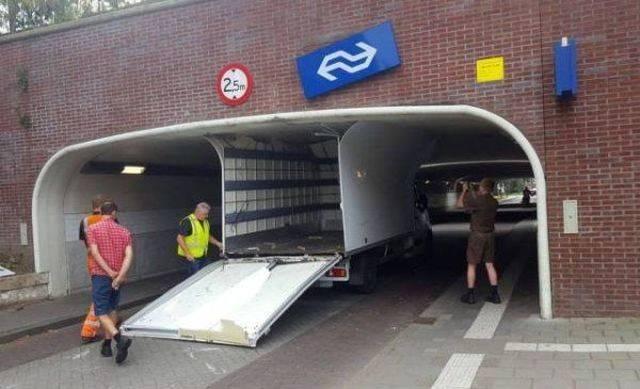 camión choca con túnel