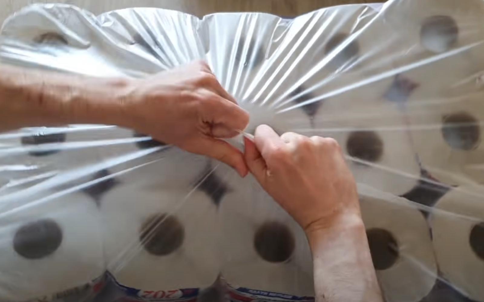 rompiendo paquete de papel higiénico