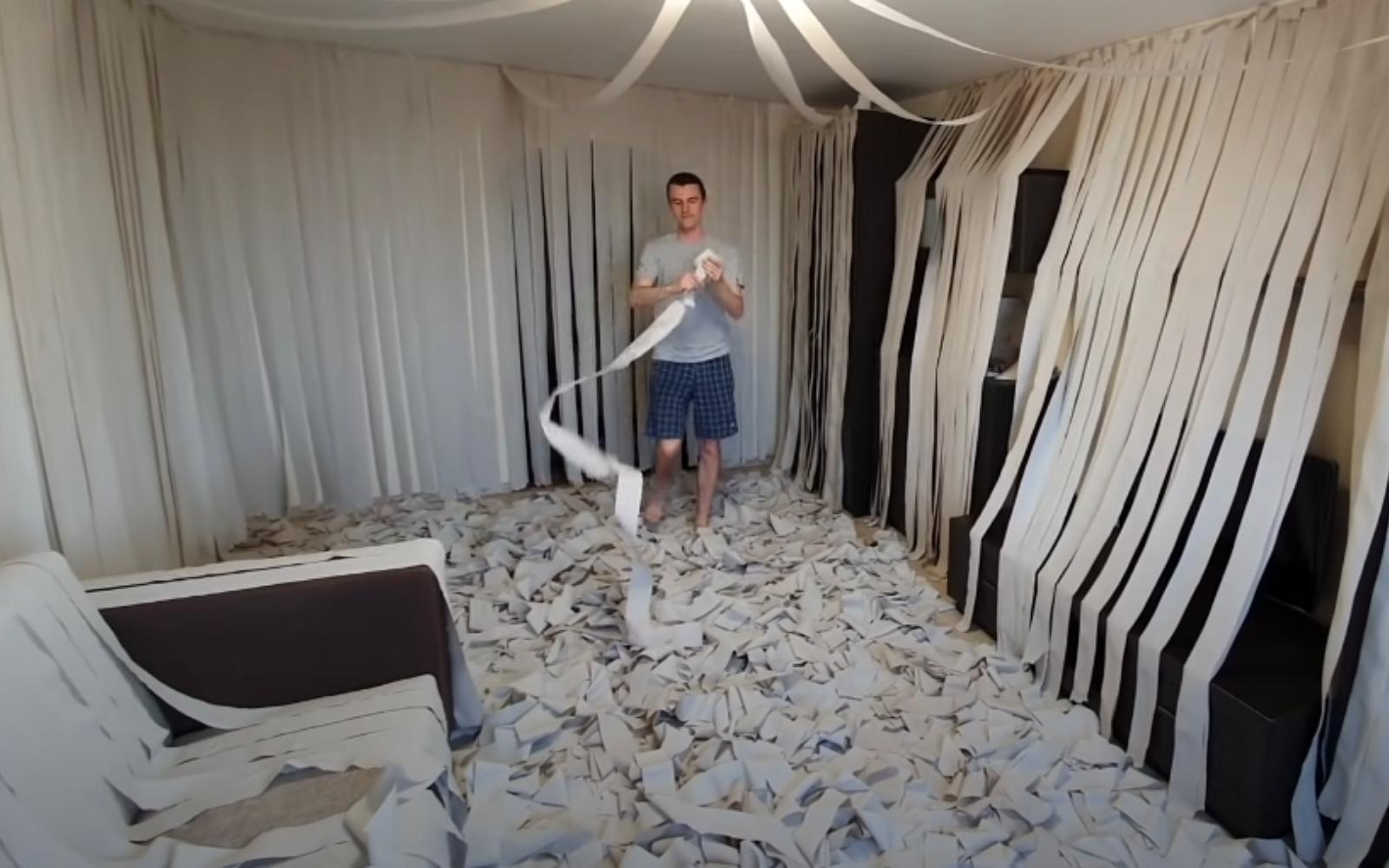 llenando la habitación de papel higiénico