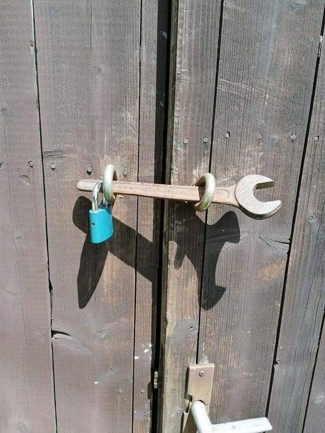 bloquear una puerta con una llave inglesa y candado