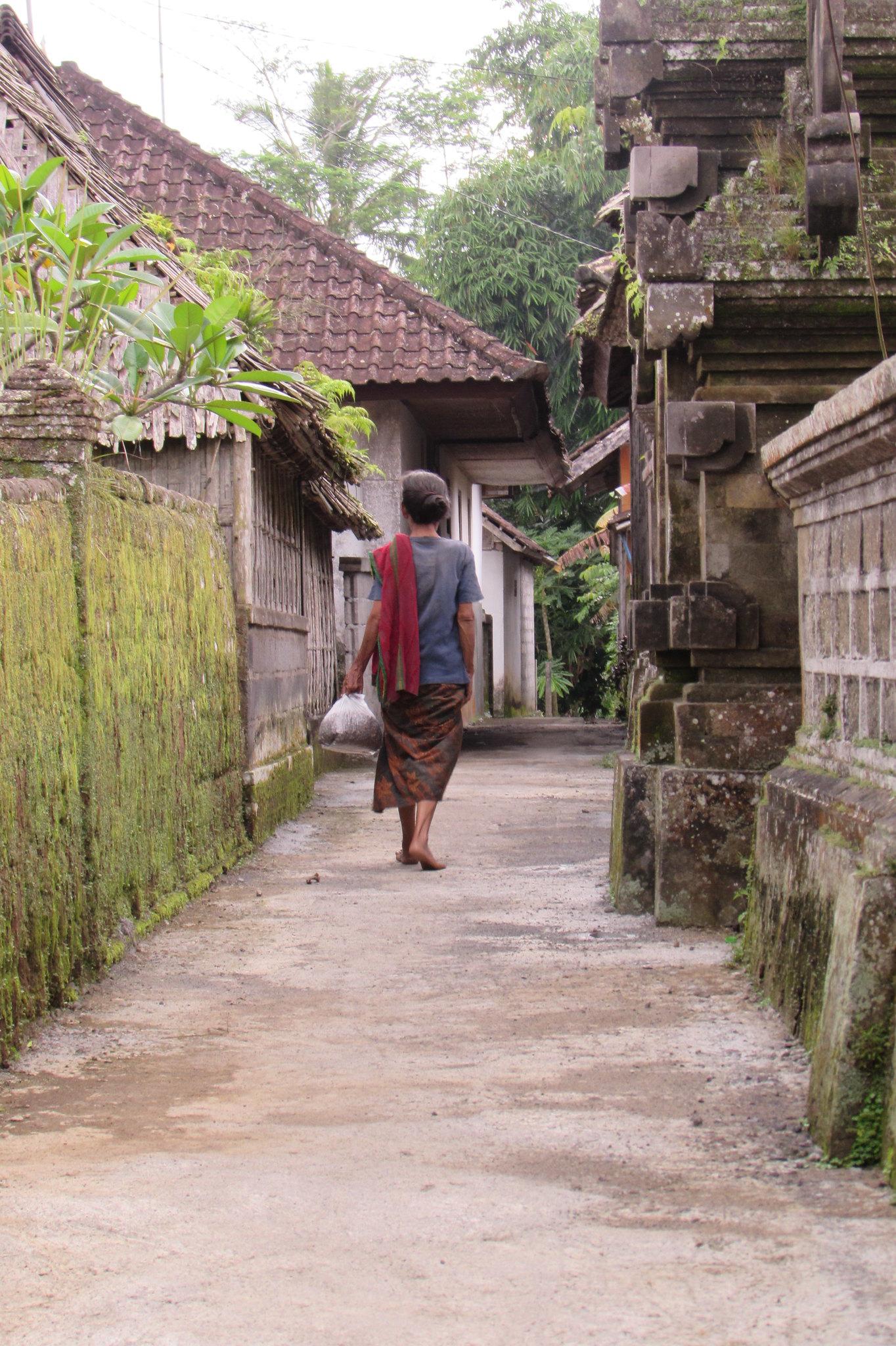 mujer caminando por Penglipuran