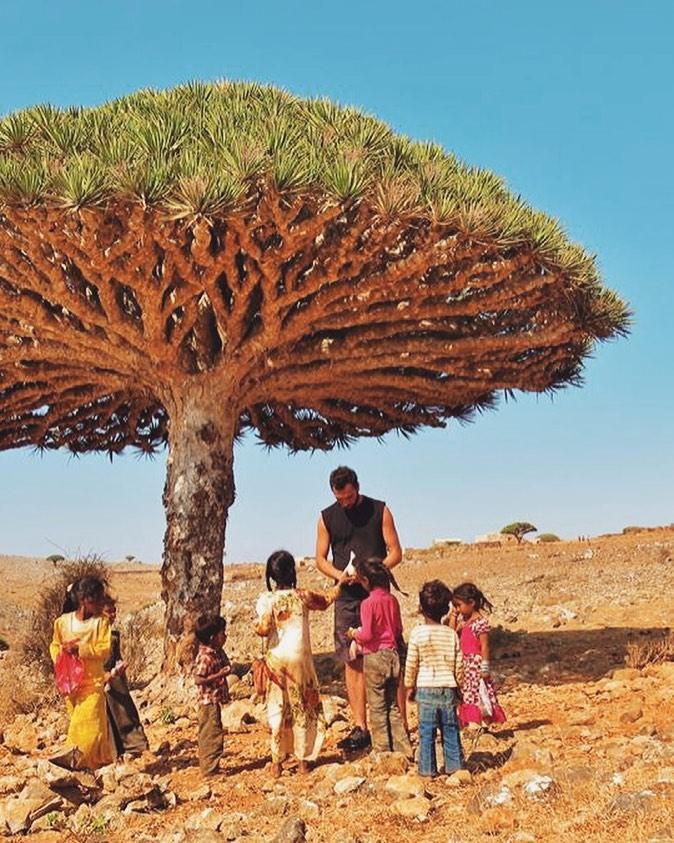 hombre jugando con niños en Socotra