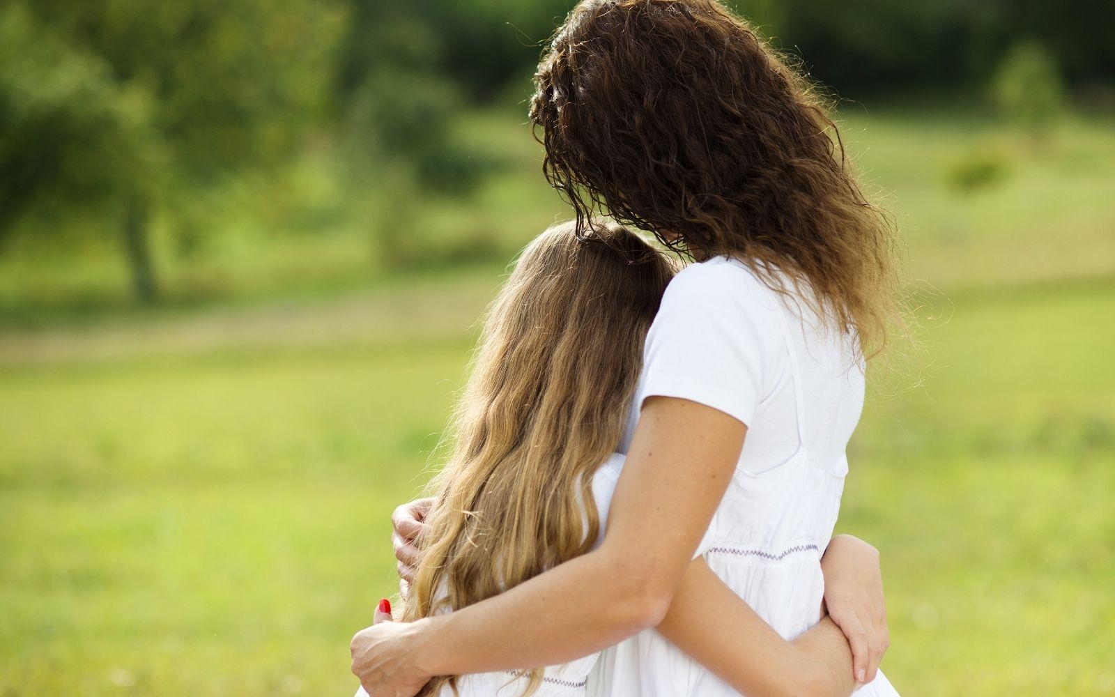 madre e hija abrazadas