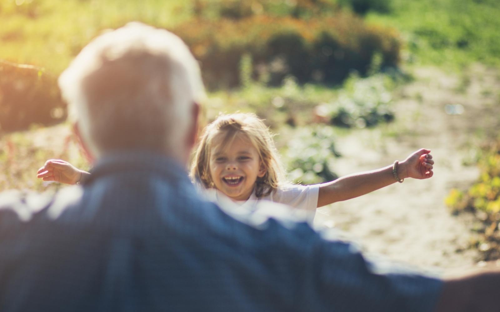 niña abraza a su abuelo