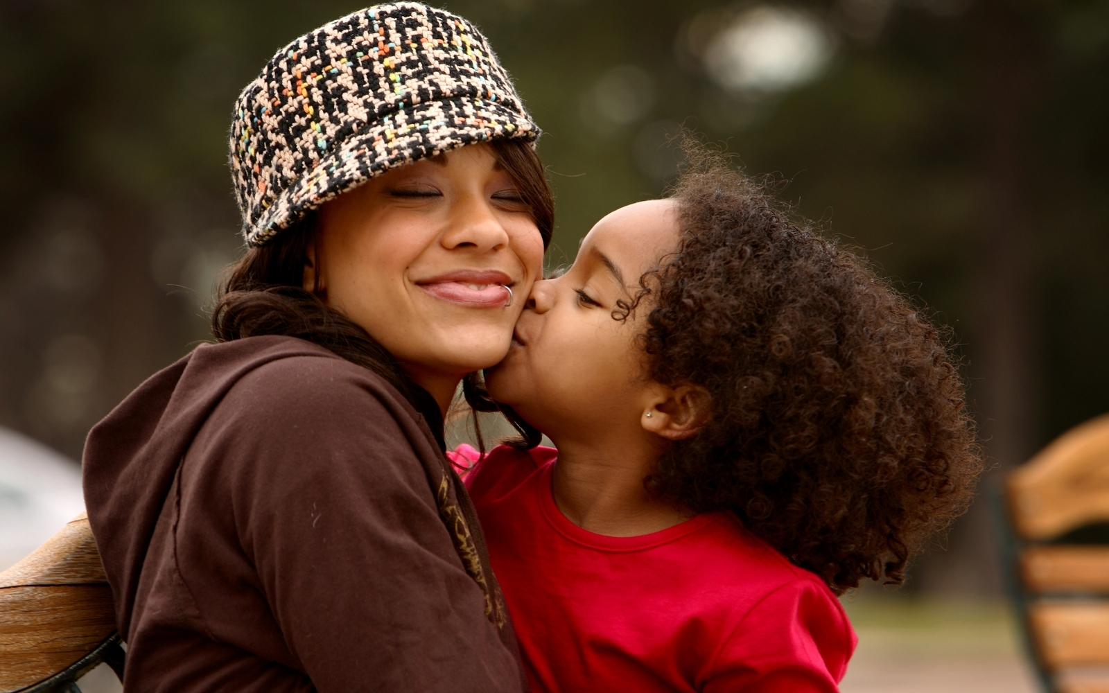 hija besando a su madre