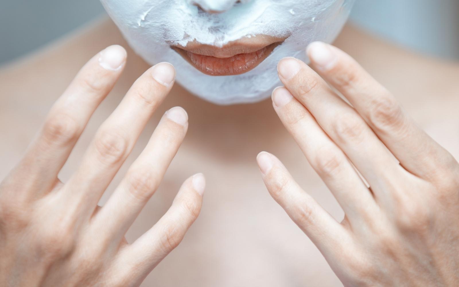 aplicando mascarilla facial